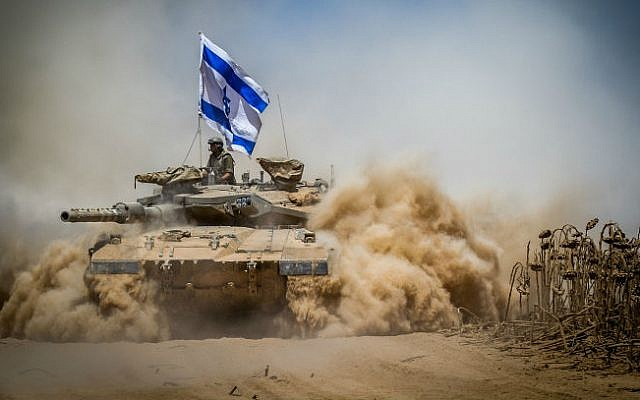 An Israeli Merkava tank pulls back from the Gaza Strip near the border with Israel on August 3, 2014. (Flash90)