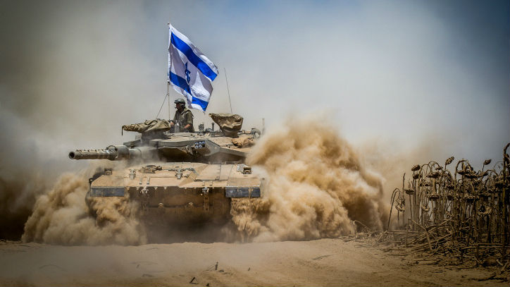 Israeli Merkava tank pulsl back from the Gaza Strip near the border with Israel on August 3, 2014. (photo credit: Flash90)