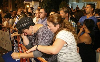 Israelis gather outside the Goldin home in the central Israeli city of Kfar Saba on August 2, 2014 to show support for the family of Lt. Hadar Goldin, who was killed in Gaza on Friday morning, August 1 (photo credit: Flash90)
