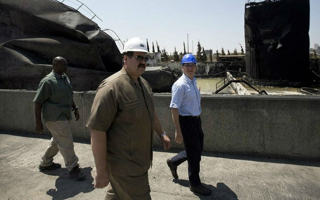 James Rawley (R), United Nations' humanitarian coordinator for the Palestinian territories visits a power plant supplying electricity to the Gaza Strip that was damaged due to the Israel-Hamas conflict on August 11, 2014 in Gaza City (AFP/Mahmud Hams)