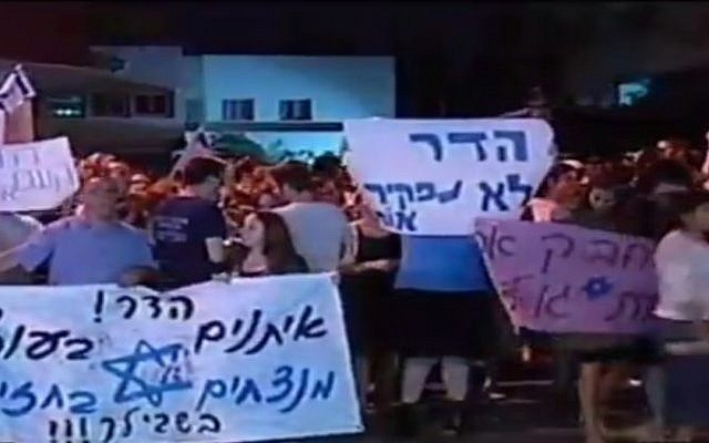 People rallying outside the home of Hadar Goldin in Kfar Saba early Sunday, August 3 2014. (Screen capture: Channel 2)