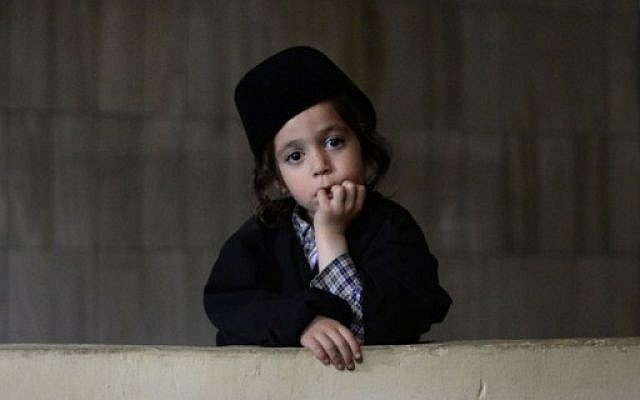 A child member of the ultra-Orthodox 'Lev Tahor' Jewish sect, looks on at the building where the group was staying in Guatemala City on September 2, 2014. (photo credit: AFP/Johan ORDONEZ)
