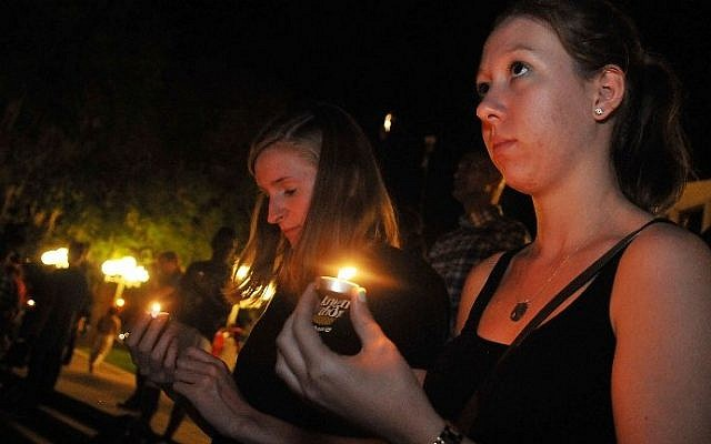 Students holding candles at a candlelight vigil for slain journalist Steven Sotloff  at the University of Central Florida in Orlando, Florida, on September 3, 2014. (photo credit: AFP/Gerardo Mora/Getty Images)