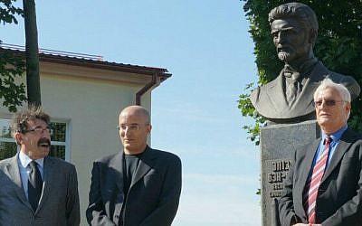 Gil Hovav (center), a great-grandson of Eliezer Ben Yehuda, with Israel's ambassador to Belarus, Yosef Shagal (left), and Limmud FSU's Chaim Chesler at the ceremony in Glubokoe, Belarus, honoring Ben Yehuda, September 11, 2014. (photo credit: Cnaan Liphshiz)
