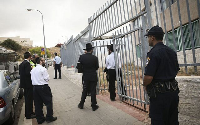 Police stand guard outside the Safot V'Tarbuyot school on Tuesday, September 2, 2014. (photo credit: Nati Shohat/Flash90)