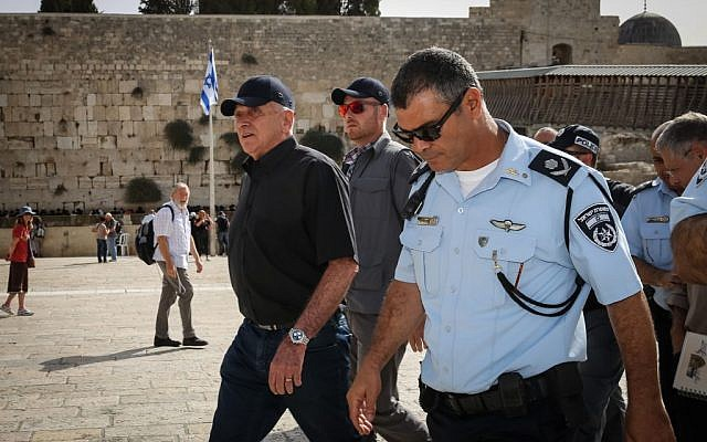 Public Security Minister Yitzhak Aharonovitch (left) and former Jerusalem District Police Chief Yossi Pariente visit the Western Wall, in Jerusalem's Old City, prior to the Jewish New Year, September 24, 2014 (photo credit: Flash90)