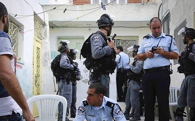 Border police protect dozens of Jews as they move into sites in Silwan, East Jerusalem, on September 30, 2014. (photo credit: Sliman Khader/Flash90)