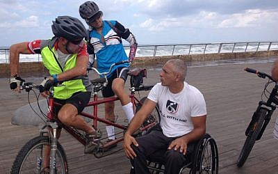 Gabriel Cordell chats with cyclists Ofer Eisenberg (left) and Nir Caspi on the Tel Aviv promenade on September 29, 2014. (photo credit: Renee Ghert-Zand)