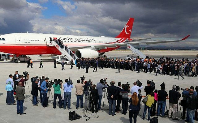 The freed Turkish hostages are welcomed at the airport in Ankara, Turkey, Saturday, Sept. 20, 2014 (photo credit: AP)