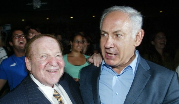 US billionaire businessman Sheldon Adelson (L) meets with Benjamin Netanyahu during a ceremony at the Congress Hall in Jerusalem, 12 August 2007. (Flash90)