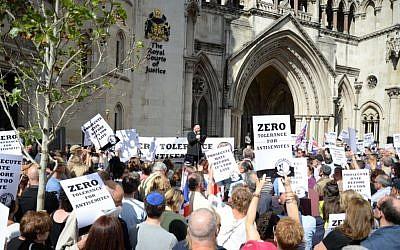 Chief Rabbi Ephraim Mirvis addresses London's anti- anti-Semitism rally Sunday, August 31, 2014. (courtesy Adam Arnold)