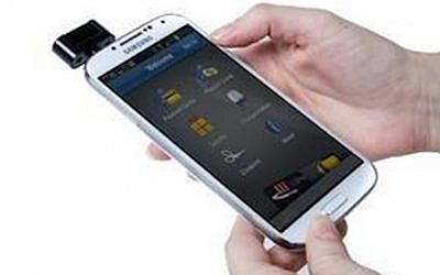 An oti WAVE system attached to a Samsung smartphone (Photo credit: Courtesy)