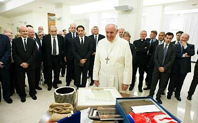 Pope Francis (C) exchanges gifts with a delegation from the Latin American Jewish Congress, during a private audience in the Pontiff's library at the Vatican, September 18, 2014 (photo credit: AFP/ OSSERVATORE ROMANO)