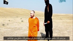 Steven Sotloff next to his IS captor in a video released Tuesday, September 2, 2014. (Screen capture: SITE/Twitter)