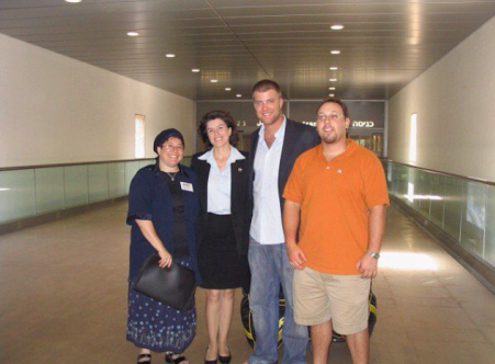 Steven Sotloff (R) and Brian Blondy pose with Nefesh B'Nefesh representatives as they land at Ben Gurion as Israelis for the first time, in September 2005  (photo credit: Brian Blondy/Courtesy)