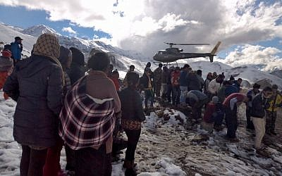 A Nepalese Army helicopter rescues survivors of a snow storm in Manang District, along the Annapurna Circuit Trek on October 15, 2014. (photo credit: AFP PHOTO/NEPAL ARMY)