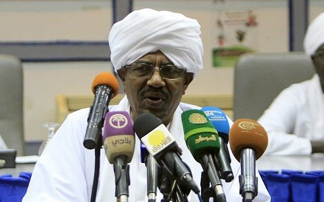 Sudan's President Omar al-Bashir addresses the National Consultative Council in the capital Khartoum, October 21, 2014.  (AFP/Ashraf Shazly)