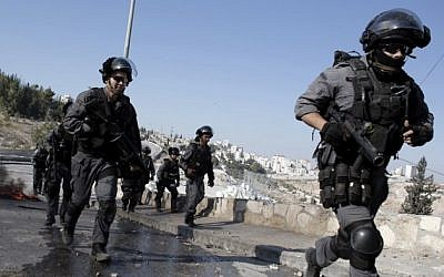 Illustrative: Israeli police during clashes with Palestinian protesters in the East Jerusalem neighborhood of Issawiya on October 24, 2014. (Ahmad Gharabli/AFP)