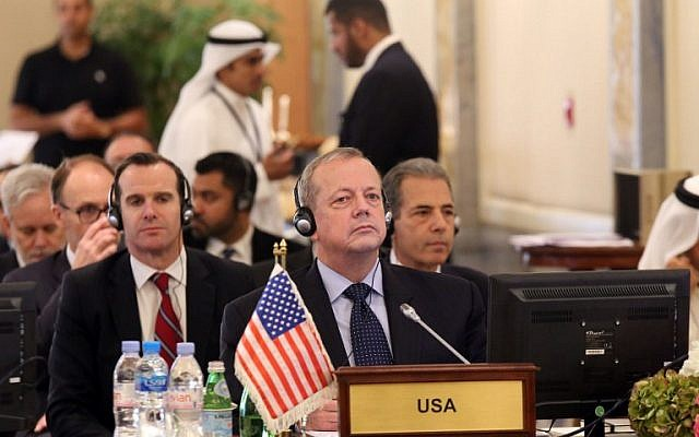 General John Allen (C), special presidential envoy for the global coalition to counter the Islamic State group, in Kuwait City on October 27, 2014. (AFP/YASSER AL-ZAYYAT)