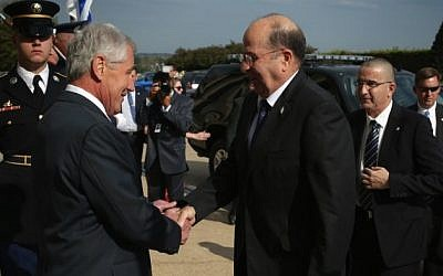 US Secretary of Defense Chuck Hagel (L) welcomes the arrival of Minister of Defense of Israel Moshe Ya'alon (R) during an honor cordon October 21, 2014 at the Pentagon in Arlington, Virginia. (Photo credit: Alex Wong/Getty Images/AFP)