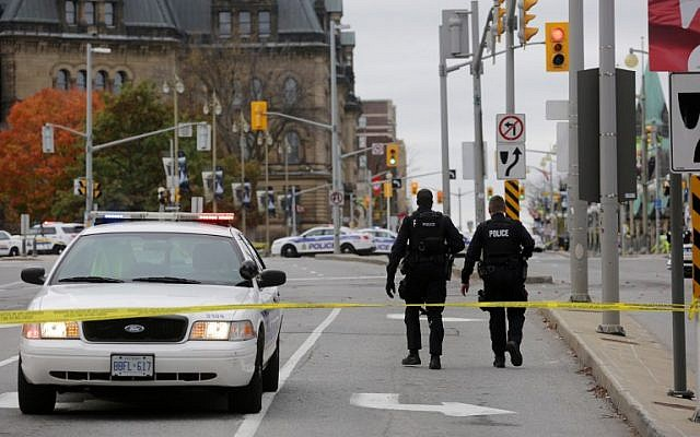 Ottawa police officers walk near the National War Memorial where a soldier was shot just blocks away from Parliament Hill, on October 22, 2014 in Ottawa, Canada. (photo credit: Mike Carroccetto/Getty Images/AFP)