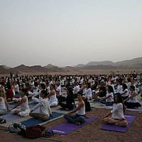 When 500 yogis gather for Yoga Arava's version of Kabbalat Shabbat, it looks like a 'yoga wedding,' said Roni Friedman (photo credit: Jessica Steinberg/Times of Israel)