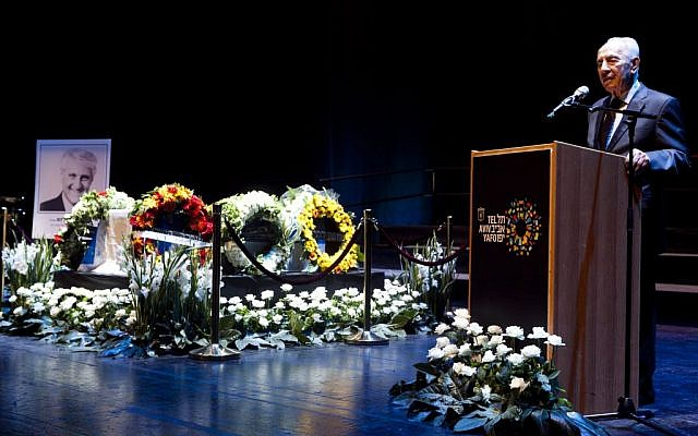 """Former president Shimon Peres speaks at a funeral ceremony for former Tel Aviv mayor Shlomo """"Chich"""" Lahat, at the Performing Arts center in Tel Aviv, before Lapid's burial at the Trumpeldor ceremony on October 03, 2014. (Photo credit: Amir Levy/FLASH90)"""