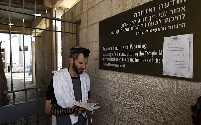 A Jewish man praying at the closed entrance to the Temple Mount on Thursday October 30, 2014.  (photo credit: Yonatan Sindel/Flash90)
