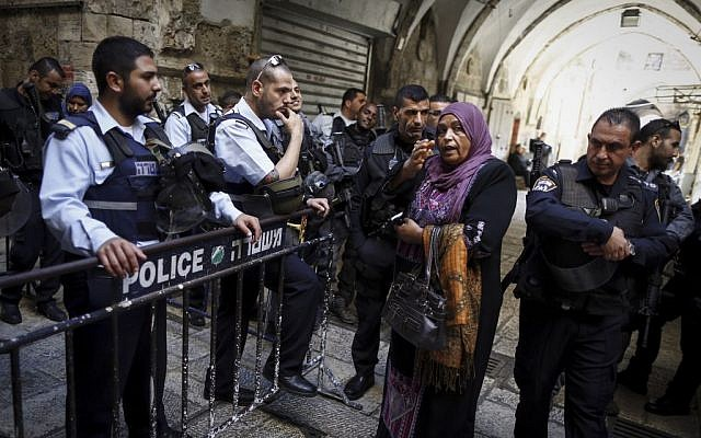 Israeli border police deployed in the Old City on October 30, 2014, following the attempted murder of Temple Mount activist Yehudah Glick. Police closed access to the Temple Mount in the wake of the incident. (Photo credit: Yonatan Sindel/Flash90)