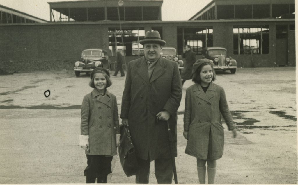 Tikotin with his daughters, one of whom lives in Jerusalem, the other lived in Amsterdam (Courtesy Tikotin)