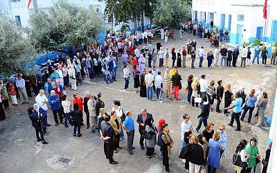 Tunisians queue outside a polling station in La Marsa, Tunisia, Sunday October  26, 2014. (photo credit: AP Photo/Hassene Dridi)