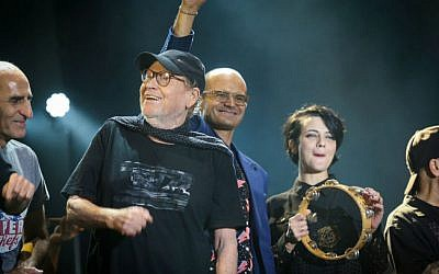 Israeli artists sing at a tribute concert for the late Israeli musical icon Arik Einstein in Tel Aviv on October 7, 2014 (photo credit: Flash90)