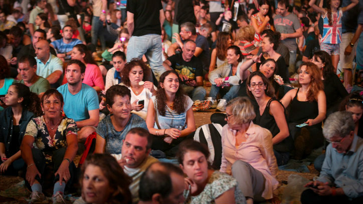 Thousands attended a tribute concert for the late Israeli musical icon Arik Einstein in Tel Aviv on October 7, 2014 (photo credit: Flash90)