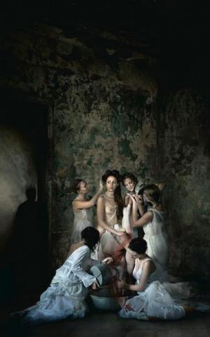 Batsheva, surrounded by her handmaidens, angling for King David's attention (Courtesy Michal Baratz Koren)
