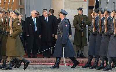 Poland's President Bronislaw Komorowski and Israel's President Reuven Rivlin inspect an honor guard at the Presidential Palace in Warsaw, Poland on October 28, 2014. (Mark Neyman/GPO)