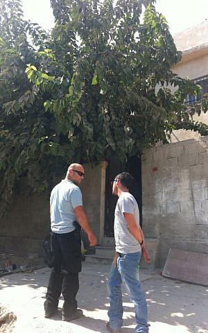 An Israeli security guard stands outside the Karaki home in Silwan, October 2, 2014 (photo credit: Eran Tzidkiyahu)