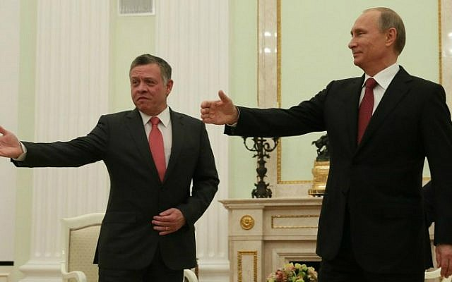 Russian President Vladimir Putin (R) welcomes King Abdullah II of Jordan (L) during their meeting at the Kremlin in Moscow, on October 2, 2014. (Sergei Ilnitsky/AFP photo)