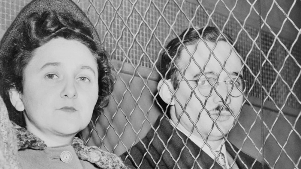 Julius and Ethel Rosenberg, separated by heavy wire screen as they leave US Court House after being found guilty. (Photo credit: Public Domain/Wikimedia)