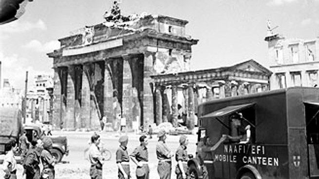 British soldiers in line for tea at NAFFI Mobile Canteen No. 750 at the Brandenburg Gate in Berlin, Germany, 16 July, 1945 (photo credit: Imperial War Museum)