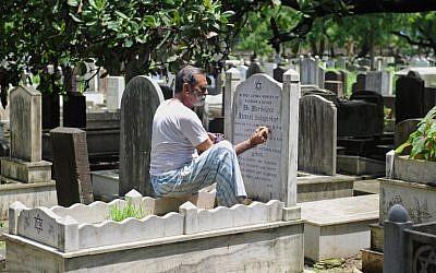 Muslim tombstone engraver Mohammad Abdul Yaseen, August  21, 2014 (photo credit: AFP PHOTO/ INDRANIL MUKHERJEE)