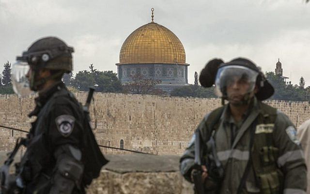 Illustrative photo of Israeli security forces keeping watch in the Jerusalem neighborhood of Ras al-Amoud, against the backdrop of the Dome of the Rock Mosque on the Temple Mount, October 31, 2014. (AFP/Jack Guez)