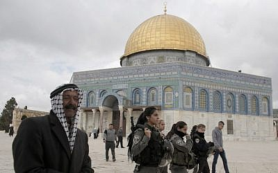 Israeli security forces walk near Jerusalem's Dome of the Rock on the Temple Mount on November 5, 2014. (AFP/Ahmad Gharabli)