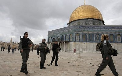 Israeli security forces walk near Jerusalem's Dome of the Rock mosque in the Temple Mound, November 5, 2014. (photo credit: AFP/AHMAD GHARABLI)