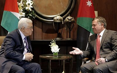 Jordan's King Abdullah II (R) talks with Palestinian Authority President Mahmoud Abbas before a meeting at the Royal Palace in Amman on November 12, 2014. (AFP PHOTO/KHALIL MAZRAAWI)