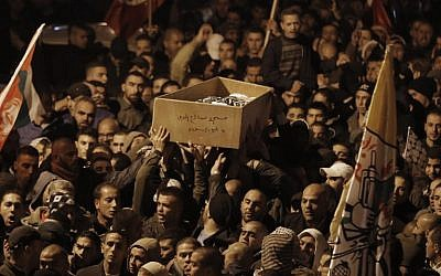 Palestinian mourners attend the funeral of bus driver Yusuf Hasan al-Ramuni in Abu Dis on November 17, 2014. (photo credit:  AFP PHOTO / AHMAD GHARABLI)