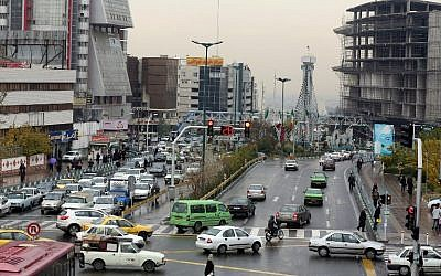 A busy street in Tehran, November 25, 2014 (AFP/Atta Kenare)