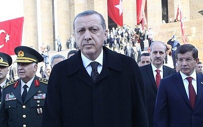 Turkish President Tayyip Erdogan (C) walks with Prime Minister Davutoglu (R) in Ankara, November 10, 2014. (AFP/Adem Altan)