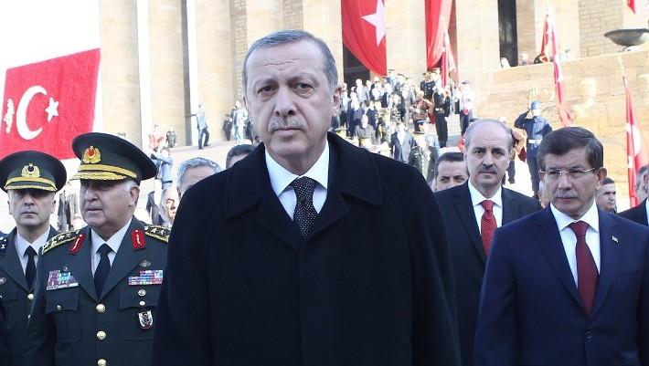 Turkish President Tayyip Erdogan (C) walks with Prime Minister Ahmet Davutoglu (R) in Ankara, November 10, 2014. (AFP/Adem Altan)