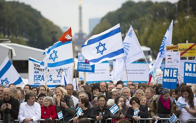 Thousands of protesters attend a rally against anti-Semitism near the Brandenburg Gate in Berlin, Sunday, September 14, 2014. (AP Photo/Markus Schreiber, Pool)