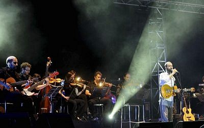 Amir Benayoun, in white, in concert in 2009. (photo credit: Yossi Zeliger/Flash90)